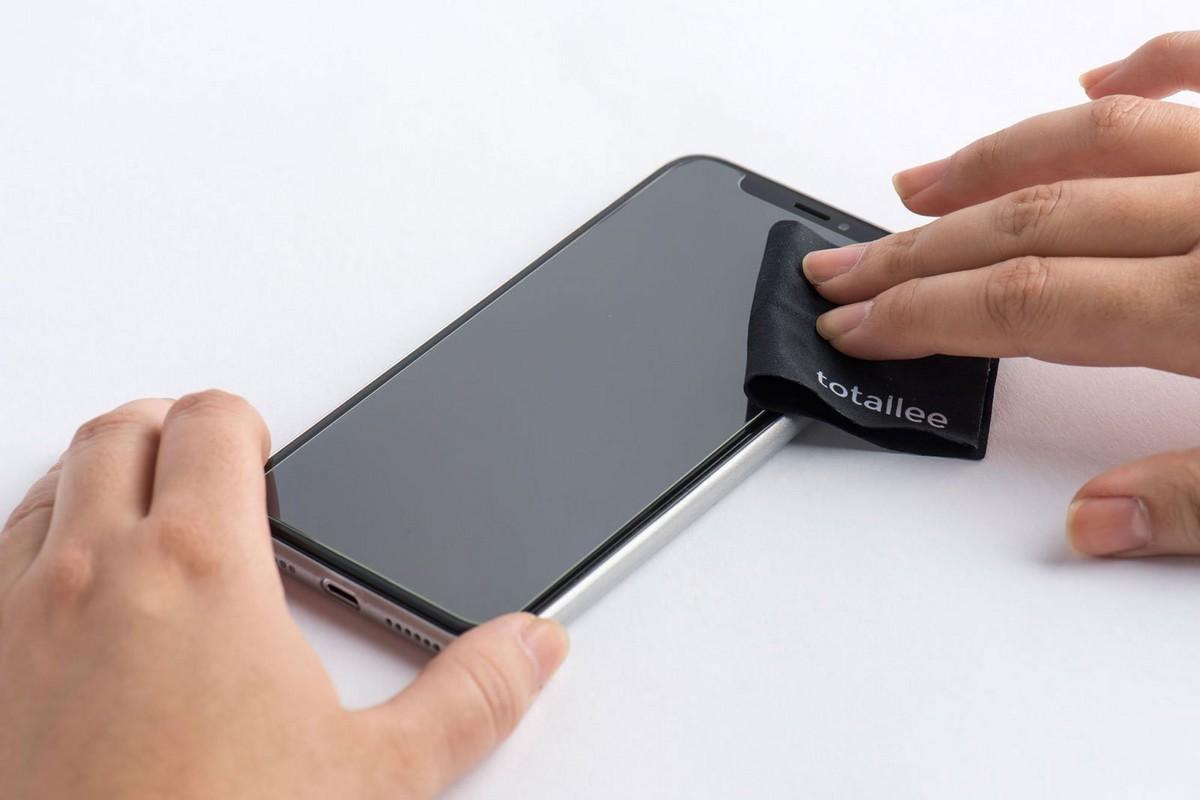 Наклейка защитного стекла на смартфон